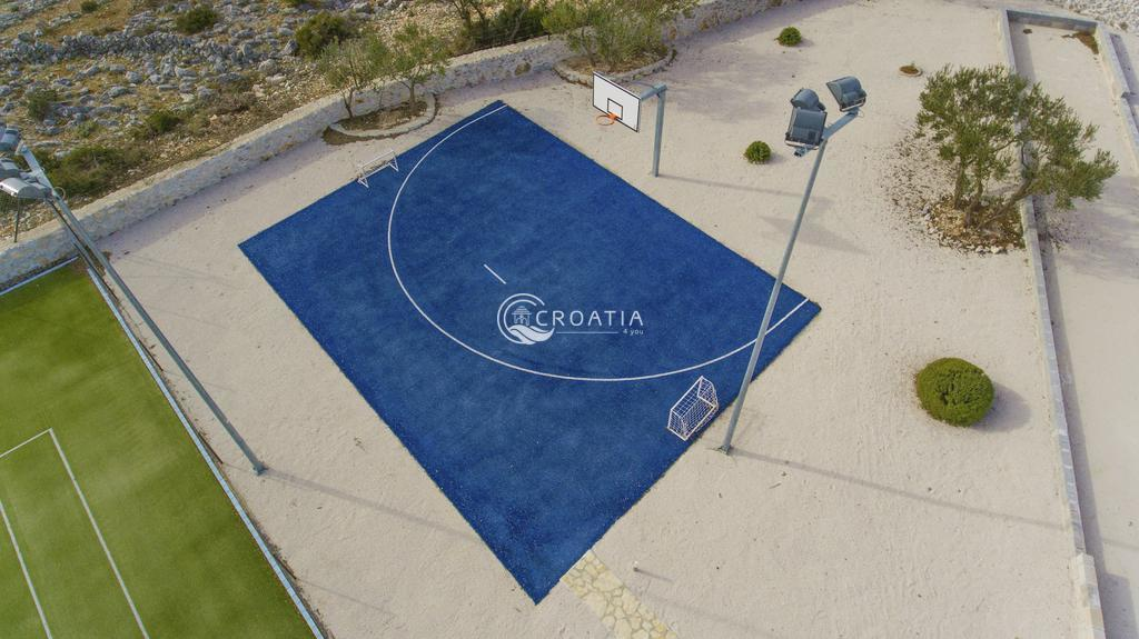 Hacienda with tennis court on island Brač